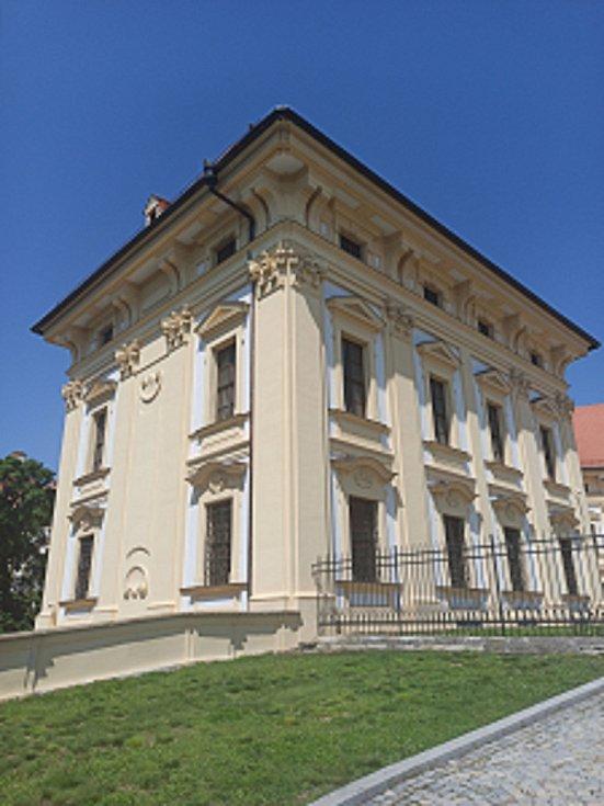 Slavkovský zámek je jednou z nejnavštěvovanějších památek na Vyškovsku. K výletu lákají i okolní pamětihodnosti a významná místa.
