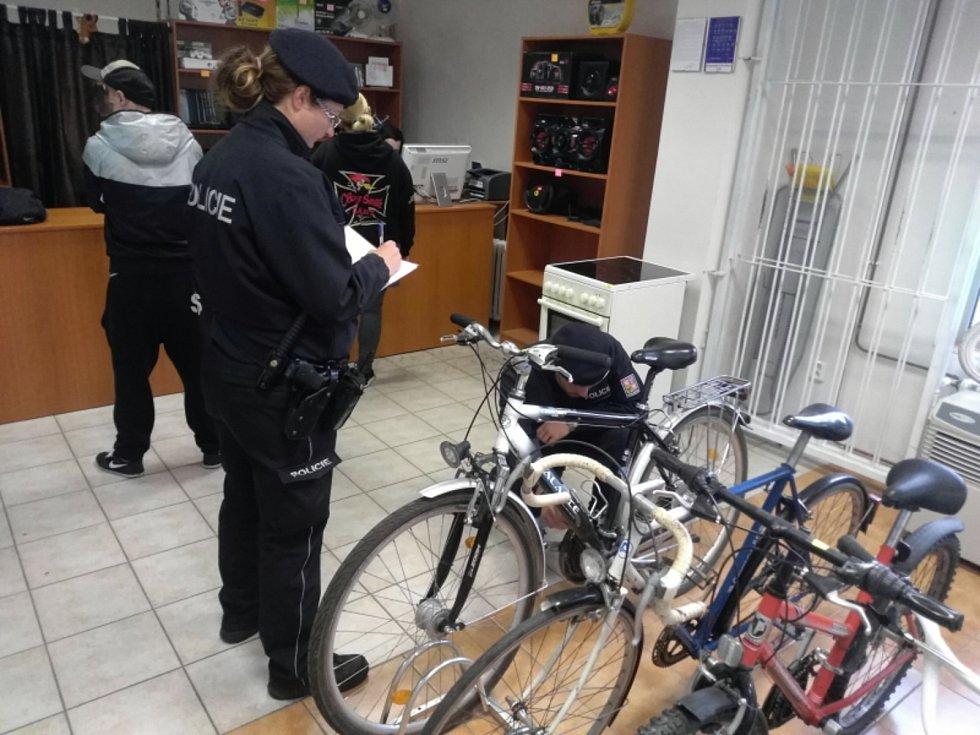 Kvůli kradeným kolům policisté kontrolují také zastavárny.