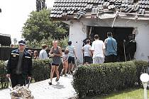 Hasiči odklízejí trosky po útoku na dům Tomáše Hrdinky v Šaraticích.
