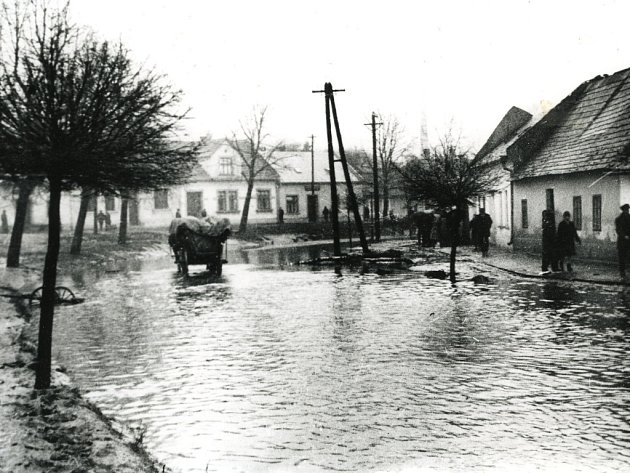 Zatopená zátočina Žižkovy ulice a Tržiště.