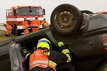 Patnáct zraněných a mrtvý cyklista. Cvičení ve Vyškově prověřilo hasiče, záchranku i policisty.