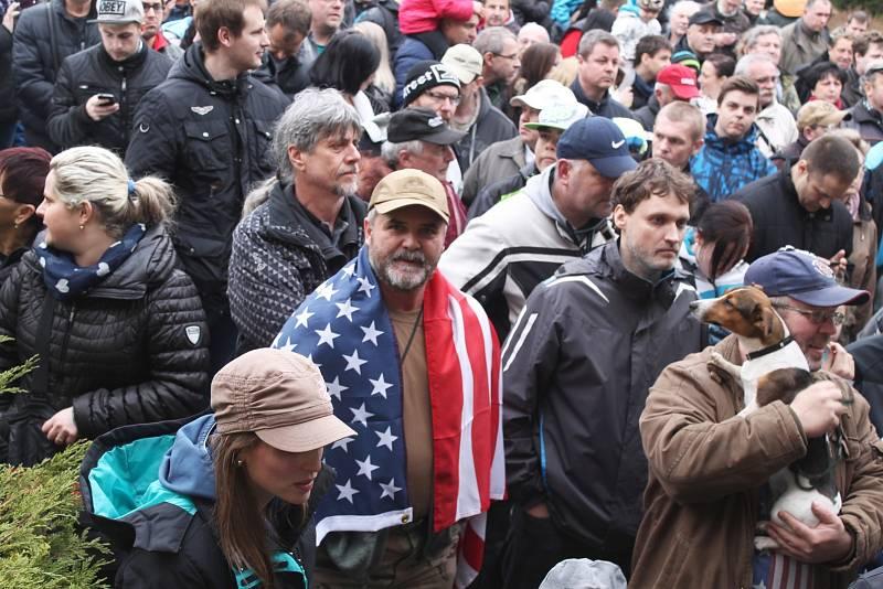 Americký armádní konvoj dorazil v neděli odpoledne do Vyškova. Přišly ho přivítat tisíce příznivců, někteří i s dary pro vojáky: všichni dostali kus domácího koláče, někteří čokoládu nebo třeba i pivo v plechovce.