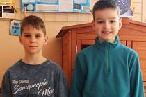 Viktor pomohl zachránit desetiletého D.R. (vpravo), který spadl do požární nádrže. Viktora jistil desetiletý kamarád, žák Základní školy Nádražní 5 ve Vyškově Jan Dvořák (vlevo).