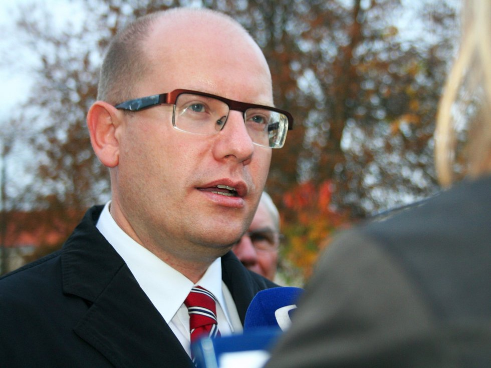 Předseda sociálních demokratů Bohuslav Sobotka vhodil svůj hlasovací lístek do urny v pátek před půl šestou odpoledne v základní škole ve Slavkově u Brna.
