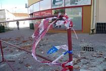 V pondělí ráno padaly kvůli silnému větru ze střechy domu na chodník na vyškovském náměstí Obránců míru břidlice.