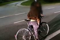 Namol opilý pětapadesátiletý cyklista kličkoval ve středu večer mezi auty po silnici mezi Vyškovem a Ivanovicemi na Hané.