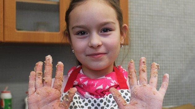 Polevy? Podle barev nebo jako kytičky. Pečení sušenek v Majáku byla dámská jízda
