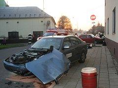 Při havárii v Ivanovicích na Hané, která si vyžádala tři zranění, auto narazilo do domu.