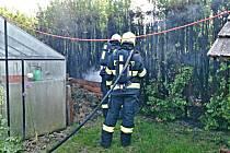 Čtyři jednotky hasičů vyjely k požáru tújí do Prus-Boškůvek.