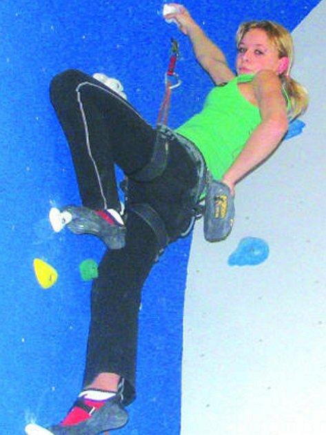 Romana Vlašínová se po stěně pohybuje se stejnou jistotou jako po zemi. Spoléhá na sílu svých končetin. Zdola jí však lano jistí ještě trenér.