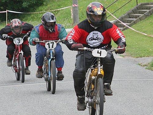 Rychtářov se opět po roce bavil svou tradiční Moped rallye. Na snímku bojuje domácí Josef Kanka (v čele), pronásledovaný Milanem Šandou z Břehů a svým kolegou Petrem Dvořákem.