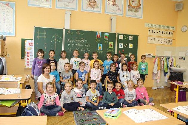 Žáci 1.B Základní školy Komenského ve Slavkově uBrna spaní učitelkou Lenkou Katrincovou.