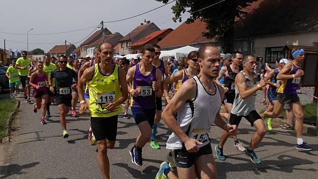 Tučapskou desítku, Memoriál Františka Košťála, vyhráli běžci AK Drnovice Irena Pospíšilová a Tomáš Steiner.