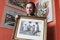 Barbora Kachlíková, vnučka a pravnučka známých vyškovských malířů, přijela z Finska do Vyškova, aby zorganizovala výstavu tří generací Kachlíků.