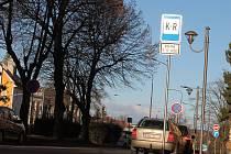 Polib a jeď, anglicky Kiss and Ride. To vzkazuje značka K+R řidičům ve Hřbitovní ulici ve Vyškově. Město ji zřídilo pro rodiče dětí ze Základní školy Nádražní 5. Zanedlouho se objeví i u školy Na Vyhlídce.