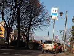 Polib a jeď, anglicky Kiss and Ride. To už několik měsíců vzkazuje značka K+R řidičům ve Hřbitovní ulici ve Vyškově. Město ji zřídilo pro rodiče dětí ze Základní školy Nádražní 5. Zanedlouho se objeví i u školy Na Vyhlídce.