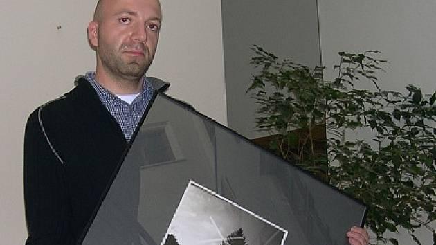 Patrik Valouch vystavuje v těchto dnech v Knihovně Karla Dvořáčka.