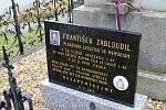 Náhrobní deska ve Lhotě připomíná letce RAF Františka Zabloudila. Za komunismu musel čelit podobně jako další západní letci perzekuci.
