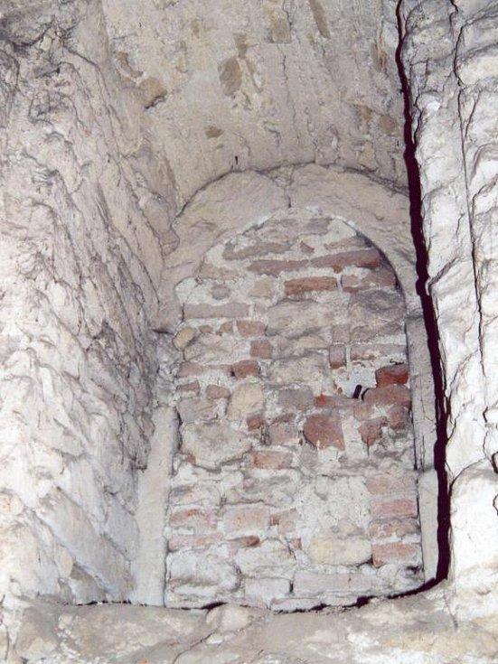Bývalý vstup do věže v Novém Rousínově.