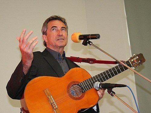 Studentům Akademie třetího věku zahrál zpěvák a herec Jiří Štědroň.