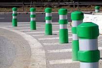 U Velešovic nainstalovali zelenobílé plastové sloupky, takzvané balisety.