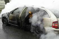 Požár osobního auta zaměstnal ve čtvrtek v devět hodin ráno tři jednotky hasičů. Auto začalo hořet na silnici vedoucí ze Slavkova u Brna do Křenovic.