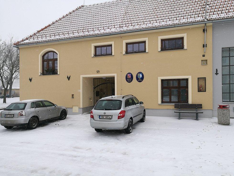 V rekonstruované budově funguje komunitní centrum i obecní úřad.