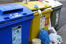 Po Vánocích čekaly na vyškovské popeláře hromady odpadu. Popelnice a kontejnery nestačily.