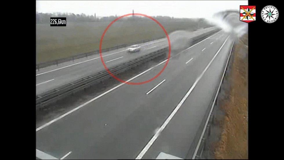 Agresivní řidič na Vyškovsku při cestě na dálnici D1 ve směru na Brno vybržďoval eskortní vozidlo vězeňské služby.