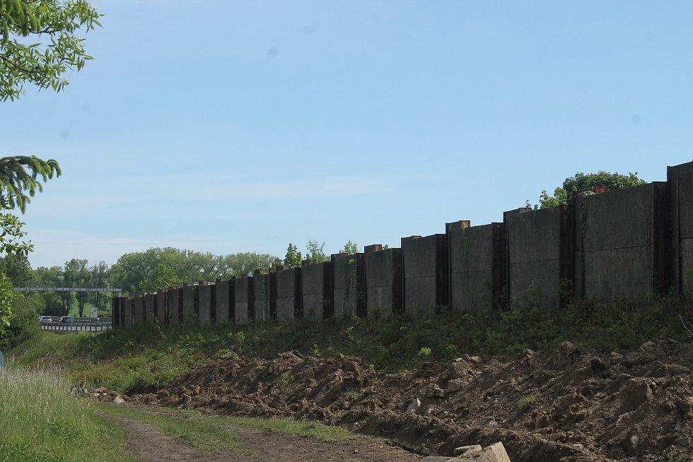 Protihluková stěna u dálnice.