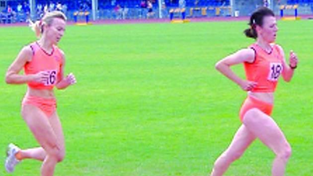 Anna Málková (vpravo) míří k zisku stříbrného kovu na patnáctistovce. Za ní běží její kolegyně Simona Pappová.