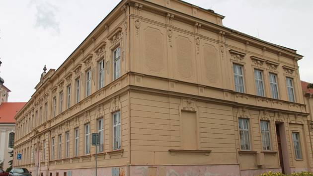 Sloučené školy k výuce stále využívají budovy, které bývaly samostatnými školami. Změna má přijít, ale postupně.