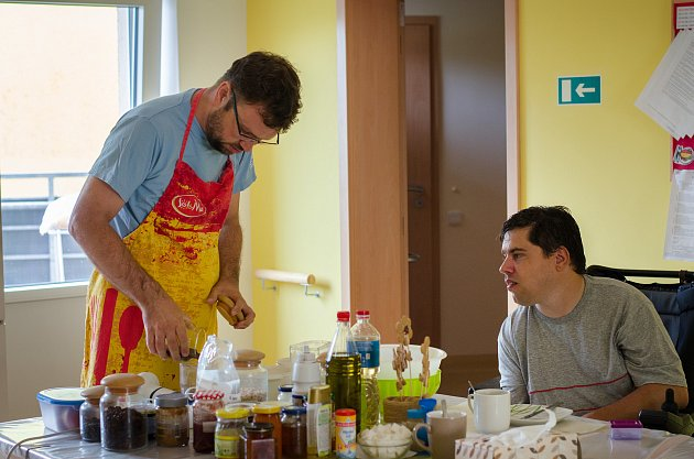 Jaroslav Černošek navštěvuje klienty chráněného bydlení. Foto: ADRA Vyškov