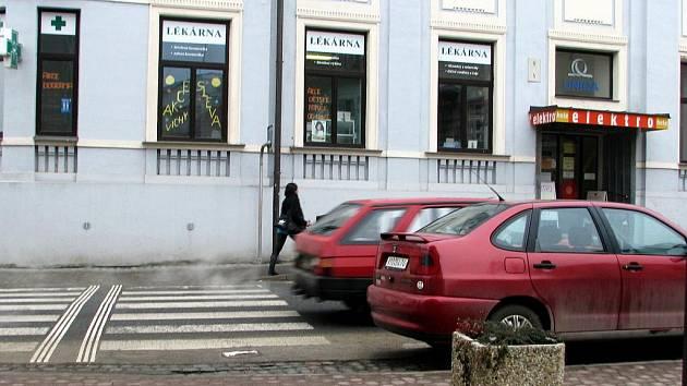 V těsné blízkosti přechodu u obchodního domu Kojál stávají auta a blokují výhled pěším i motoristům.