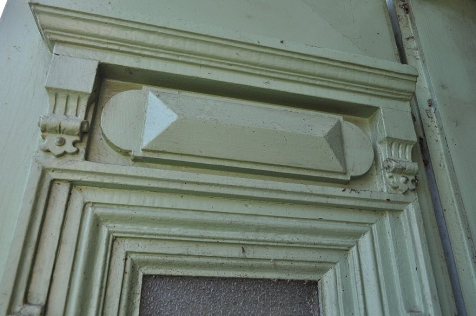 Detail na historické vyřezávané dveře.