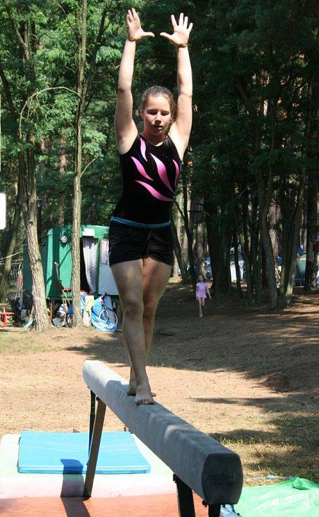 Mezinárodní letní tábor sportovních gymnastů v Rohatci-Soboňkách na Hodonínsku. Pořadatel TJ Sokol Bučovice