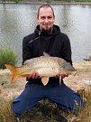 Břehy vážanského rybníka v sobotu obsadili rybáři. Každý se za pomoci různých technik snažil z vody vylovit co největší ryby. Jako třeba Oldřcih Hložek. Foto:Karel Závodný