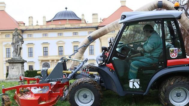 Moderní nosič nářadí, který se od nynějška bude starat nejen o slavkovskou zámeckou zahradu, stál tři miliony korun.
