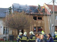 Škodu, kterou požár na domě způsobil, hasiči předběžně odhadli na jeden milion korun.