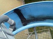 Neznámý pachatel poškodil tobogán na koupališti v Bučovicích.