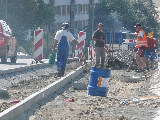 Kvůli cyklostezce se na frekventovaném průtahu nad obchodním centrem Dukelská ve Vyškově zúží silnice.