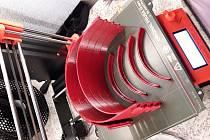 Prvních padesát štítu z 3D tiskárny dostali stomatologové  díky SOU a SOŠ ve Vyškově. Foto: Archiv školy