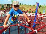 Houpačky, balanční most nebo trampolína dělá radost dětem na Oranžovém hřišti ve Vyškově. Letos tady přibude i šestimetrový maják.