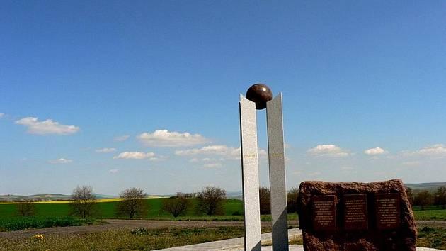 Pomník nad Zbýšovem vybudovala před třemi lety Československá napoleonská společnost ve spolupráci s obcí na památku díla Jana Špatného