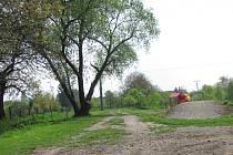 Kozlanská cyklostezka má vzniknout na pozemcích, kde v minulosti vedla úzkokolejná dráha. Obec už podél někdejší trati umístila několik informačních tabulí s cílem přiblížit historii úzkokolejky. Plánuje přidat postupně i další.