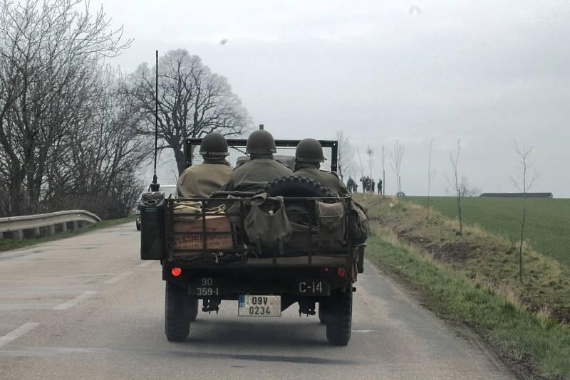 Konvoj amerických vojáků dorazil v neděli odpoledne do Vyškova. Respektive jeho první část, druhá měla výrazné zpoždění.