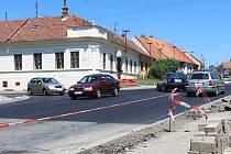 Oprava silnice z Rousínova do Tučap má být hotová do konce září.
