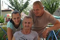 Sourozenci Martina a Václav se svým otcem Václavem Truhlářem. Společně pobavili generace dětí.