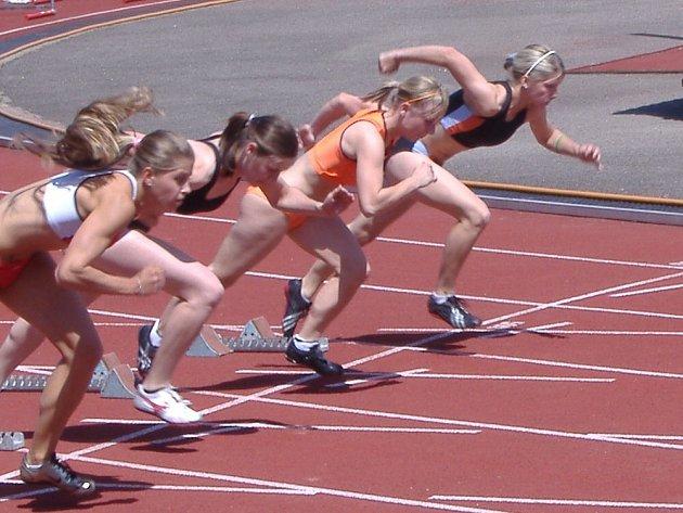 Vyškovští atleti bojovali v posledních období na mnoha frontách, kde získali řadu úspěchů. Jedním z nich byl i  osobní rekord Taťány Horákové (na snímku druhá zprava) při nejkratším sprintu Velké ceny Brna.