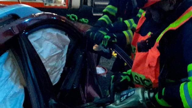 Hasiči pomáhají po vážné nehodě u Křižanovic.